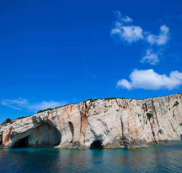 Концепция путешествий и туризма - голубые пещеры на острове закинф, греция