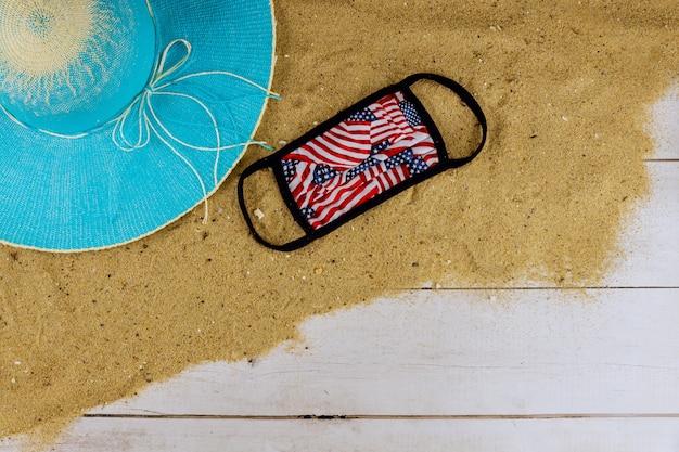 Covid-19コロナウイルス隔離期間中の旅行と休暇。公共の場でのマスクビーチでの休息に対するパンデミック医療マスク中に休暇