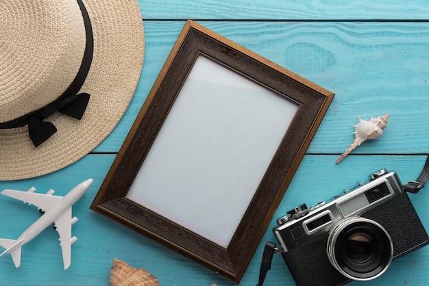 木製のテーブルに旅行や休暇のアイテム