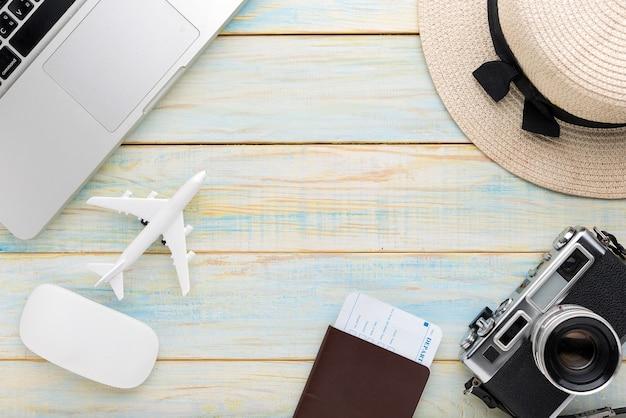 Товары для путешествий и отдыха на деревянном столе