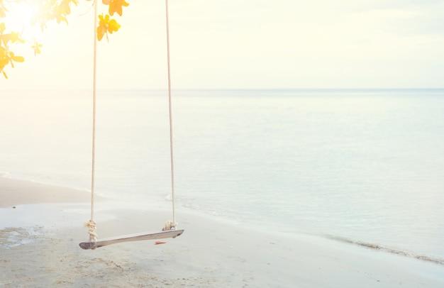 夏にビーチで旅行します。海砂の太陽。休日と休暇の概念。