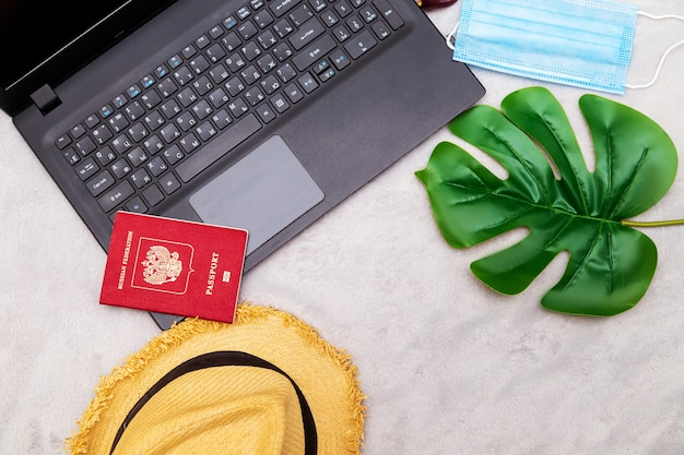 여행 속성-노트북, 모자, 안경, 여권. 여행 계획, 온라인 예약.