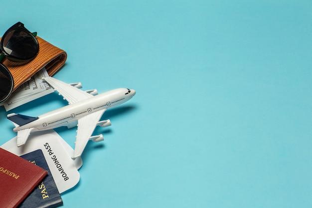 여행 배경. 여행 및 항공편 항목 : 티켓, 여권, 돈, 컬러 배경에 선글라스. 휴식과 휴가 개념
