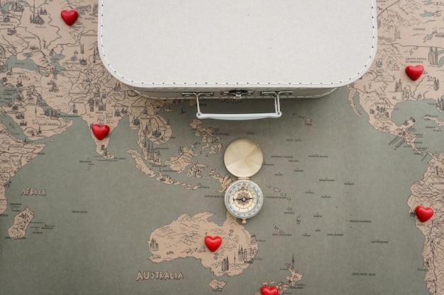 コンパス、スーツケースと世界地図と旅行の背景