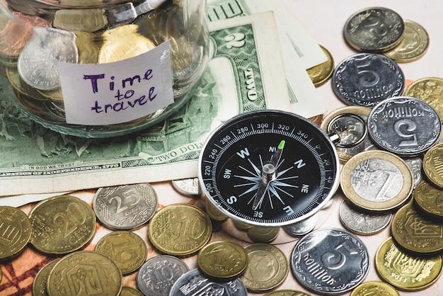 Sfondo di viaggio con i soldi e la bussola