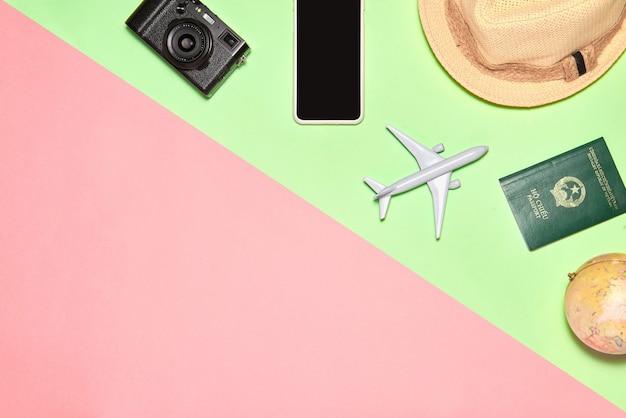 旅行者のアクセサリーで旅行の背景。休暇や旅行のアイテム