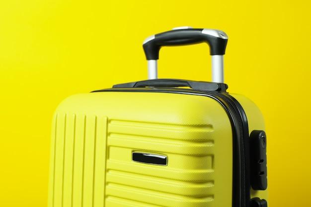 노란색 바탕에 가방 여행, 클로즈업