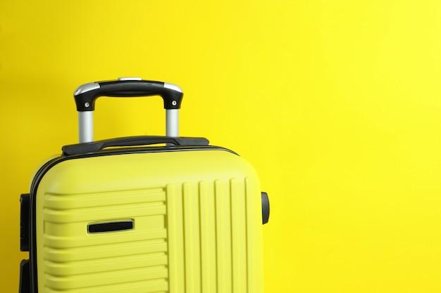 노란색 배경, 텍스트를위한 공간에 여행 가방