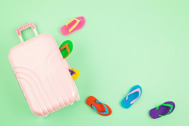 Дорожный чемодан с аксессуарами для летнего отдыха. летние каникулы, путешествия в тропические страны, побережье, концепция летнего стиля. вид сверху, плоская планировка
