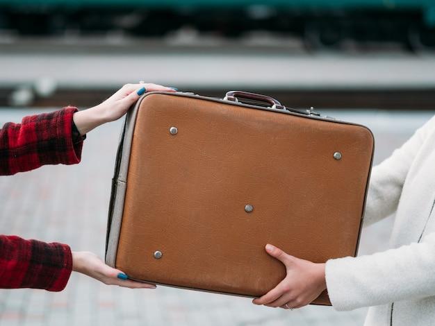 旅行手荷物のヒント。遺失物取扱所。観光休暇休暇ネガティブな経験。所有者にスーツケースを返す女性