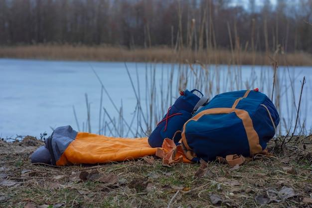 호수를 배경으로 부두의 여행 가방. 관광을 주제로 한 개념입니다.