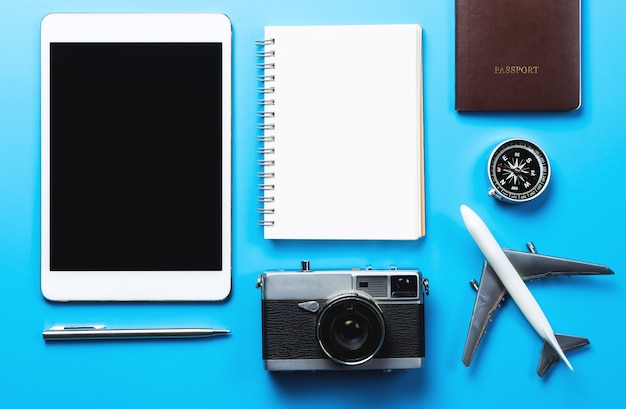 Путешествия блоггер письменной техники на синем фоне