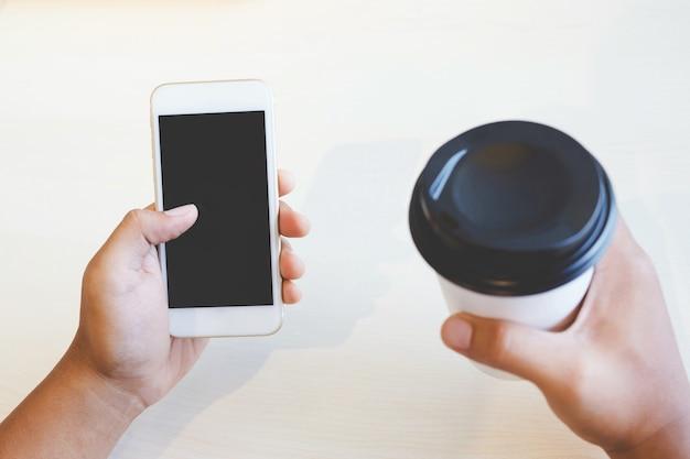 携帯スマートフォンを使用してルートアプリケーションを使用して旅行ブロガーの若い男