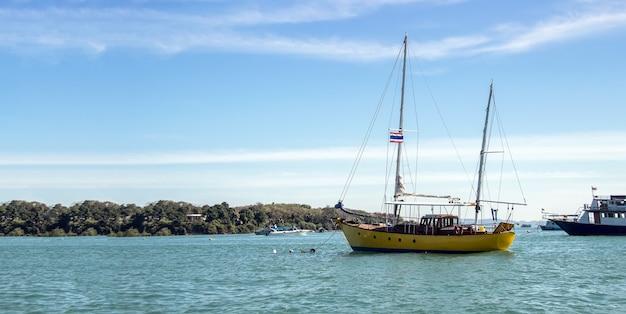 태국 바다의 휴가 여행에서 관광 승객의 여행 보트 선박