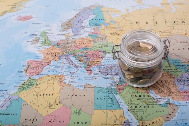あなたの地図上の旅行予算のお金。