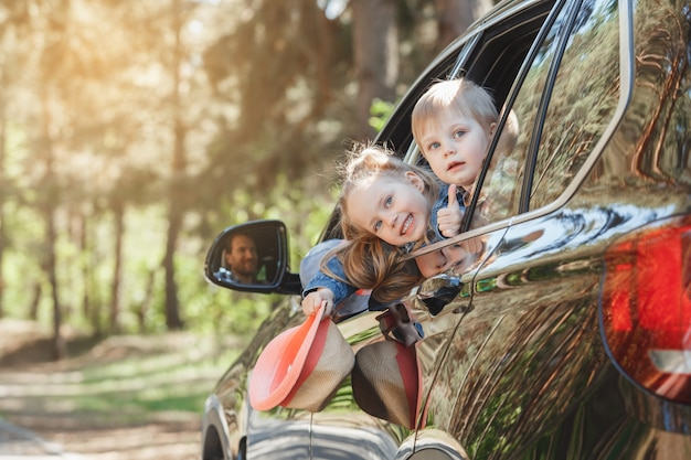 Путешествие на машине семейная поездка вместе брат и сестра выглядывают из окна