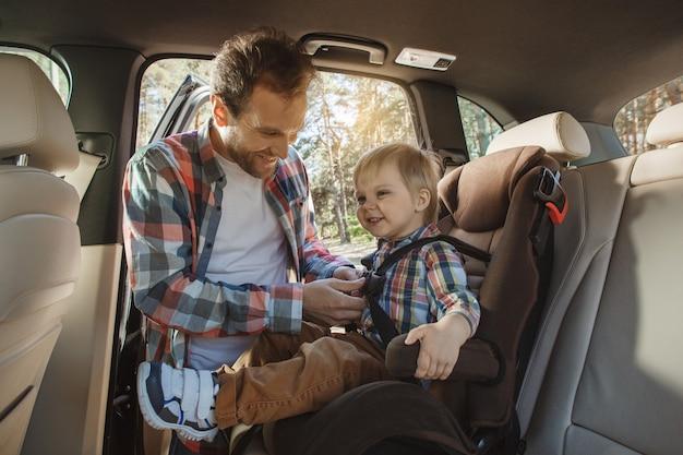 車での旅行家族が一緒に乗る子供の安全