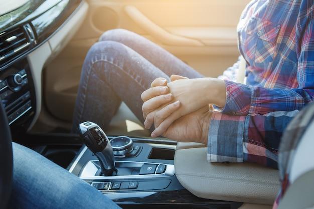 車で旅行家族が手をつないで一緒に乗るカップル
