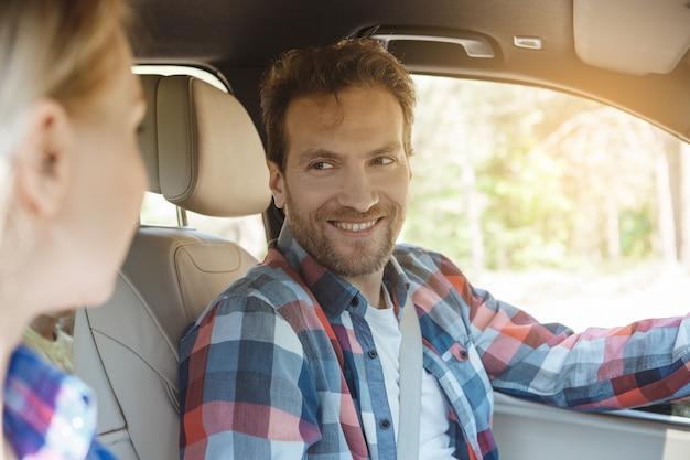 車で旅行家族が一緒に乗るカップルの愛