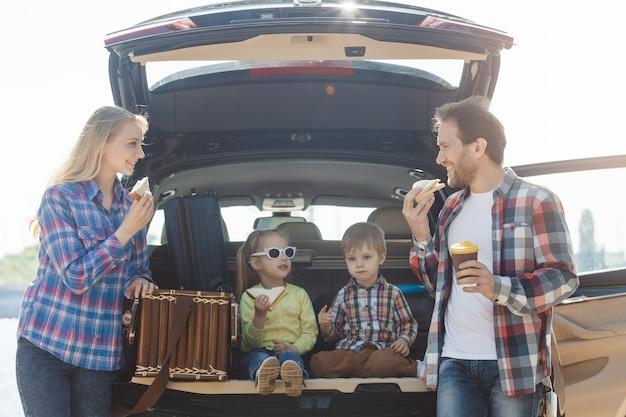 車で家族で一緒に旅行目的地到着ピクニック