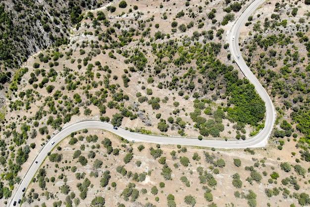 자동차로 여행. 산 한가운데에 있는 고속도로. 흑해 연안. 위에서 볼.