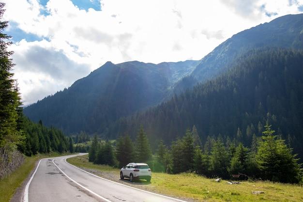 산에서 자동차로 여행. 루마니아의 산. 트랜스파가라산