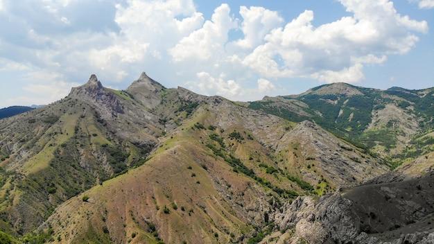 자동차로 여행. 크림의 흑해 연안에 있는 산 꼭대기. 위에서 볼.