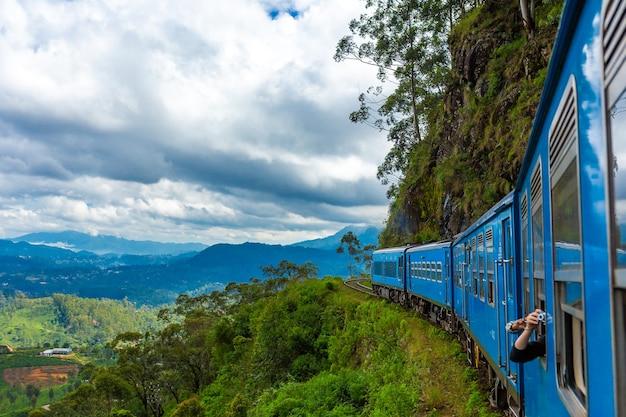 Путешествие на общественном поезде по острову шри-ланка. поезд едет по горам и чайным плантациям. живописная железная дорога.