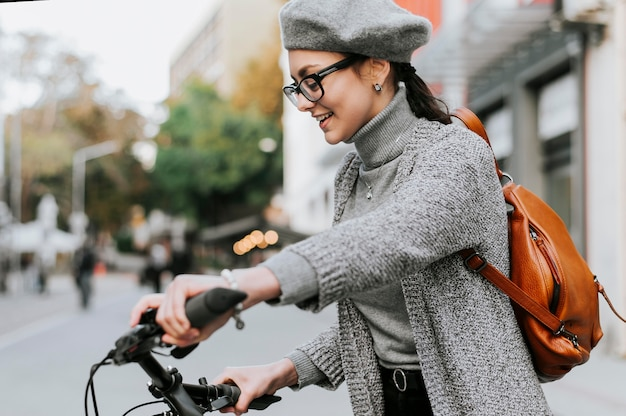 Viaggia nella vita di città con la vista laterale della bicicletta