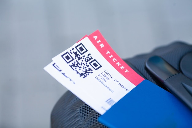 旅行。パスポートと空港で搭乗券を保持している女の子のクローズアップ