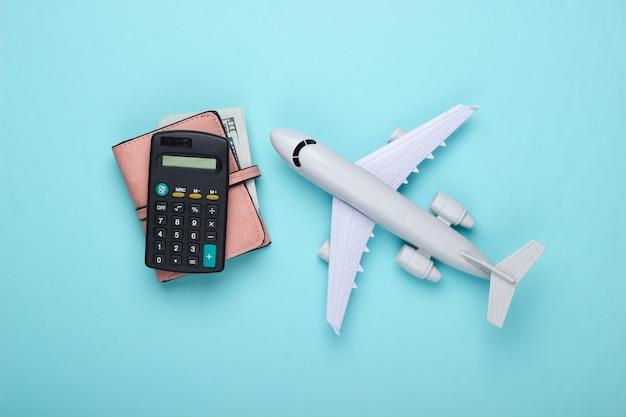 旅行のコンセプト。フライトと休暇のコストの計算。