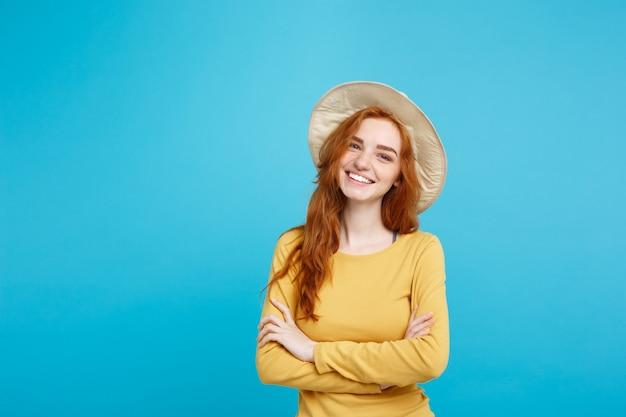 여행 개념은 유행 모자와 미소 블루 파스텔 벽 복사 공간 초상화 젊은 아름 다운 매력적인 생강 빨간 머리 소녀를 닫습니다