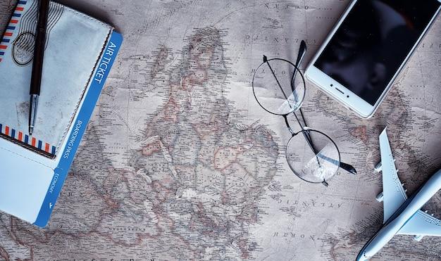 여행 개념입니다. 테이블과 모형 항공기에 대한 지도.