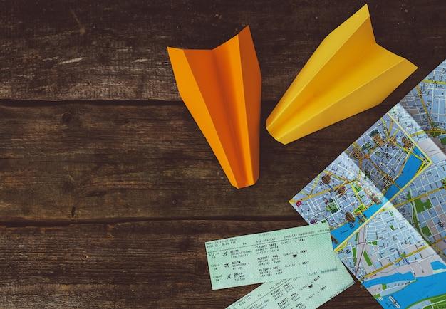 Концепция путешествия. объекты на деревянном фоне