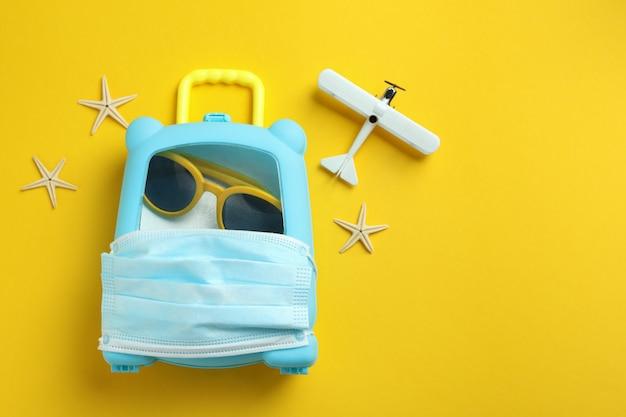 노란색 배경, 텍스트를위한 공간에 여행 개념