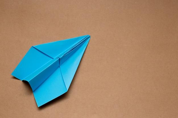 Бумажные самолетики концепции путешествия