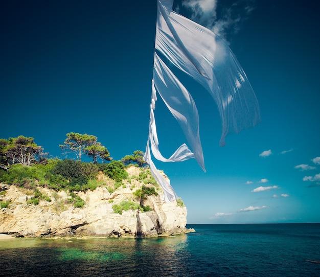 Концепция путешествия - райский остров, море, небо, лето. агиос состис на острове закинф, греция.