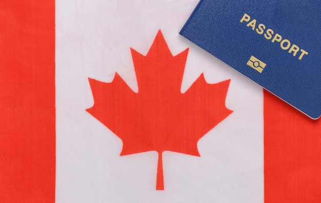 여행 개념. 캐나다 국기 배경 여권