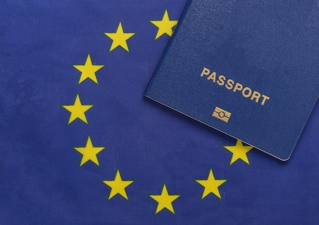 여행 개념. 유로 연합 국기의 배경에 대해 여권