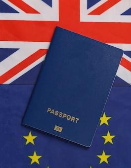 여행 개념. 영국과 유로 연합 국기의 배경에 대한 여권