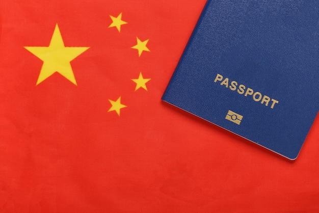 여행 개념. 중국 국기의 배경에 대한 여권