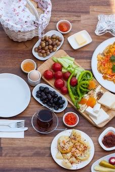 伝統的なトルコ式朝食での旅行コンセプトのセットアップ