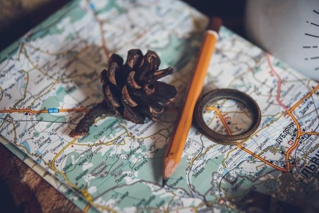 旅行の概念、静物オブジェクトキー、ロール紙、ホームサイン、拡大鏡、コンパス、ヴィンテージの古い地図の背景のキー。