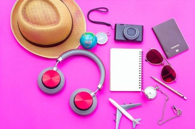 Концепция путешествия летом элементы с самолета, камеры, шляпа, солнцезащитные очки