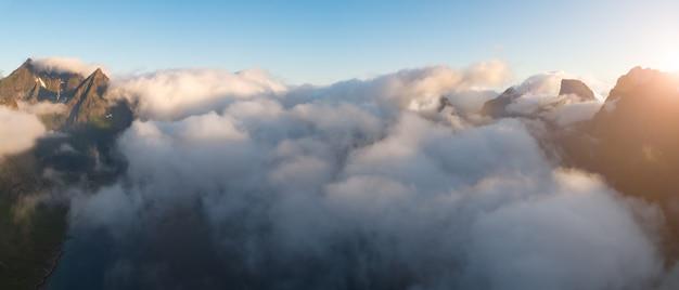Концепция путешествия с воздушной панорамой норвежских фьордов с морем и горами