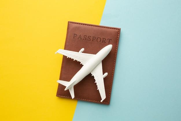Концепция путешествия с игрушкой самолета и паспортом.