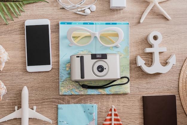 Концепция путешествия с камерой, снимающей смартфон и костюм путешественника