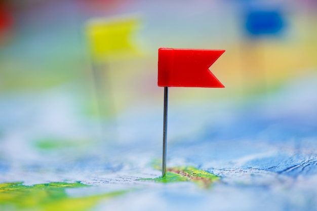 旗の画鋲と世界地図を使った旅行のコンセプト。
