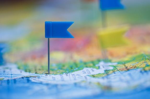 플래그 압정과 세계지도 여행 개념.