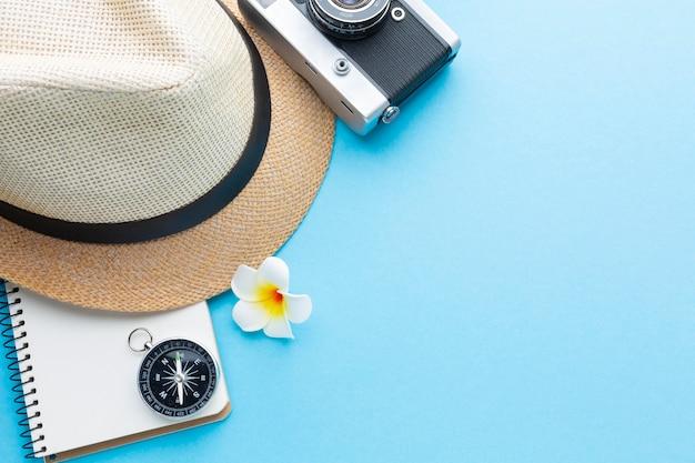 Concetto di viaggio con cappello e macchina fotografica